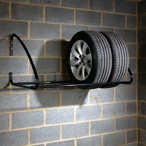 Nástěnný regál na pneumatiky